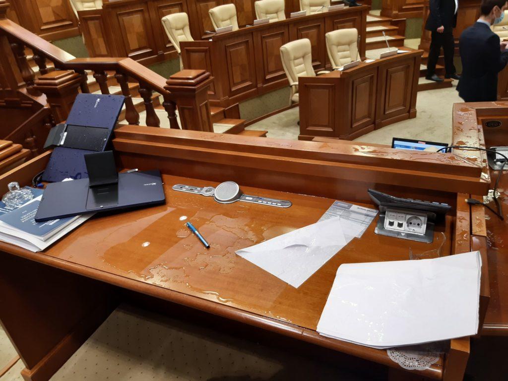 """Bătrîncea, alungat de la tribuna de vicepreședinte al parlamentului. PSRM și """"Pentru Moldova"""" au votat proiectele bugetar-fiscale (VIDEO)"""