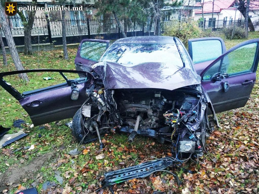 Un șofer beat s-a izbit cu mașina într-un pilon electric. Pasagera sa minoră a ajuns la spital (FOTO)