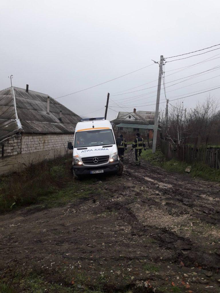 Împotmolite în noroi. Mai multe mașini, inclusiv o ambulanță, au fost deblocate de IGSU (FOTO)