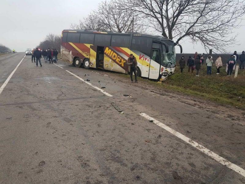 O mașină s-a tamponat cu un autocar plin cu pasageri care circula pe cursa Varșovia-Chișinău. Două persoane au murit