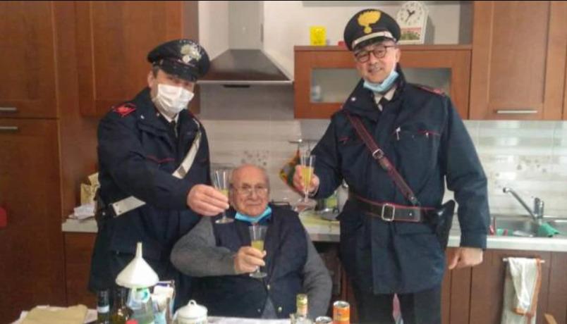 Un pensionar din Italia se simțea singur, așa că a chemat poliția. Cum au reacționat oamenii legii? (FOTO)