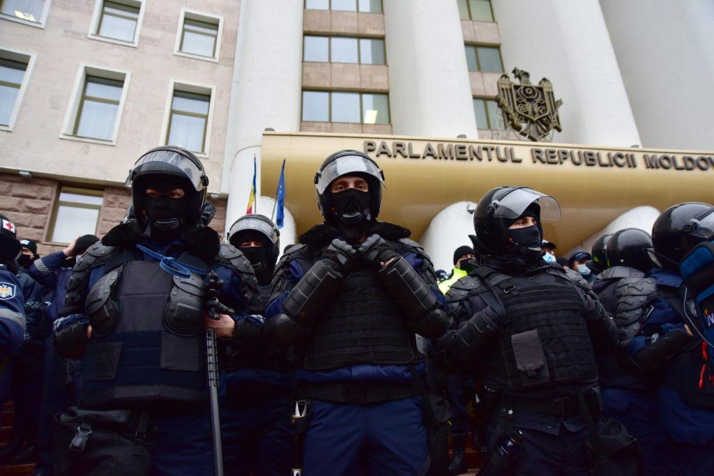 С тракторами — на парламент. Фоторепортаж NM с протеста фермеров в Кишиневе