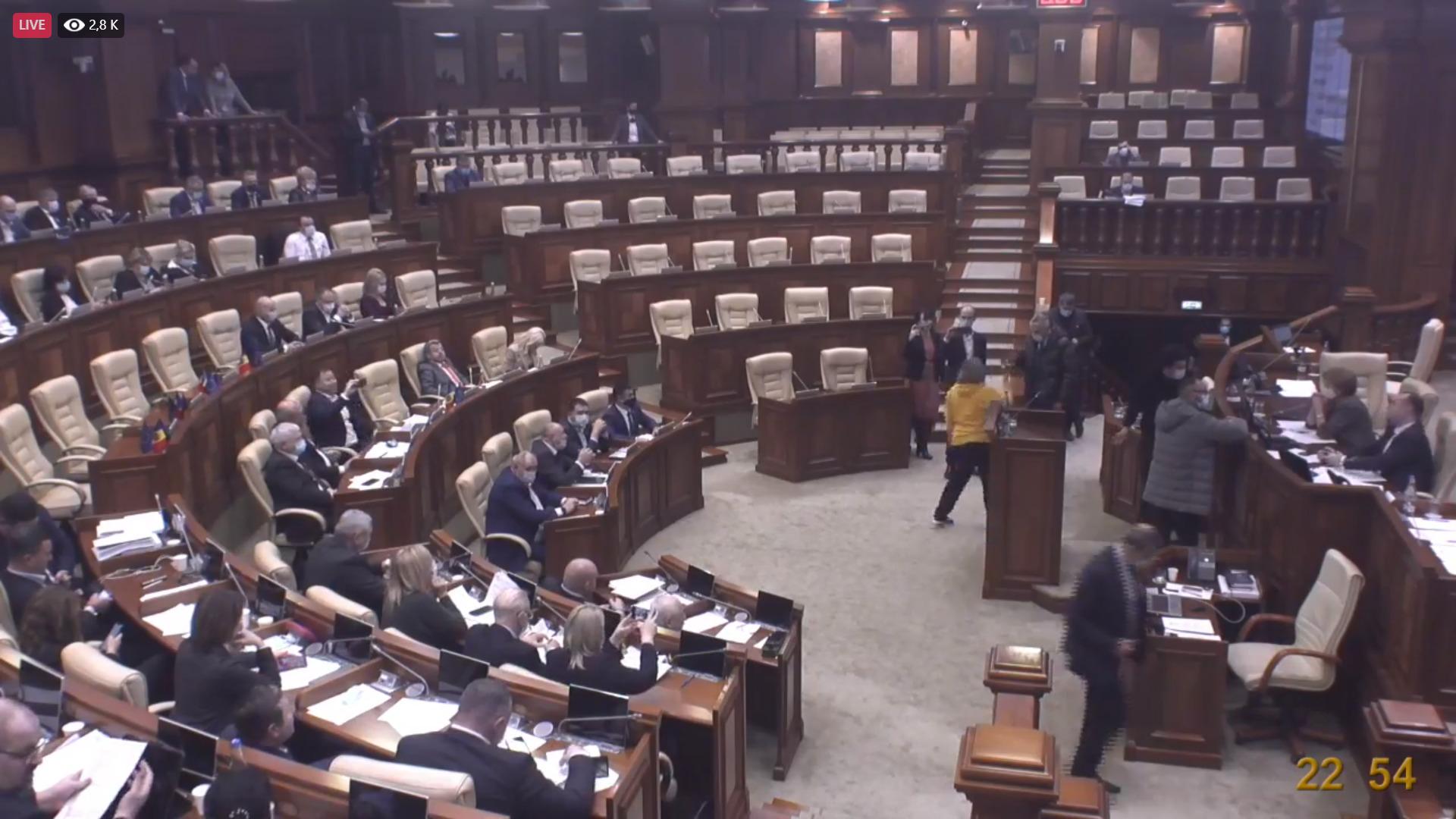 """Slusari a ajuns la ședința nocturnă a legislativului: """"Asistăm la mafiotizarea parlamentului"""""""