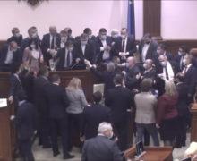 Парламент без обсуждения принял налогово-бюджетную политику и два бюджета на 2021 год. Депутаты устроили потасовку
