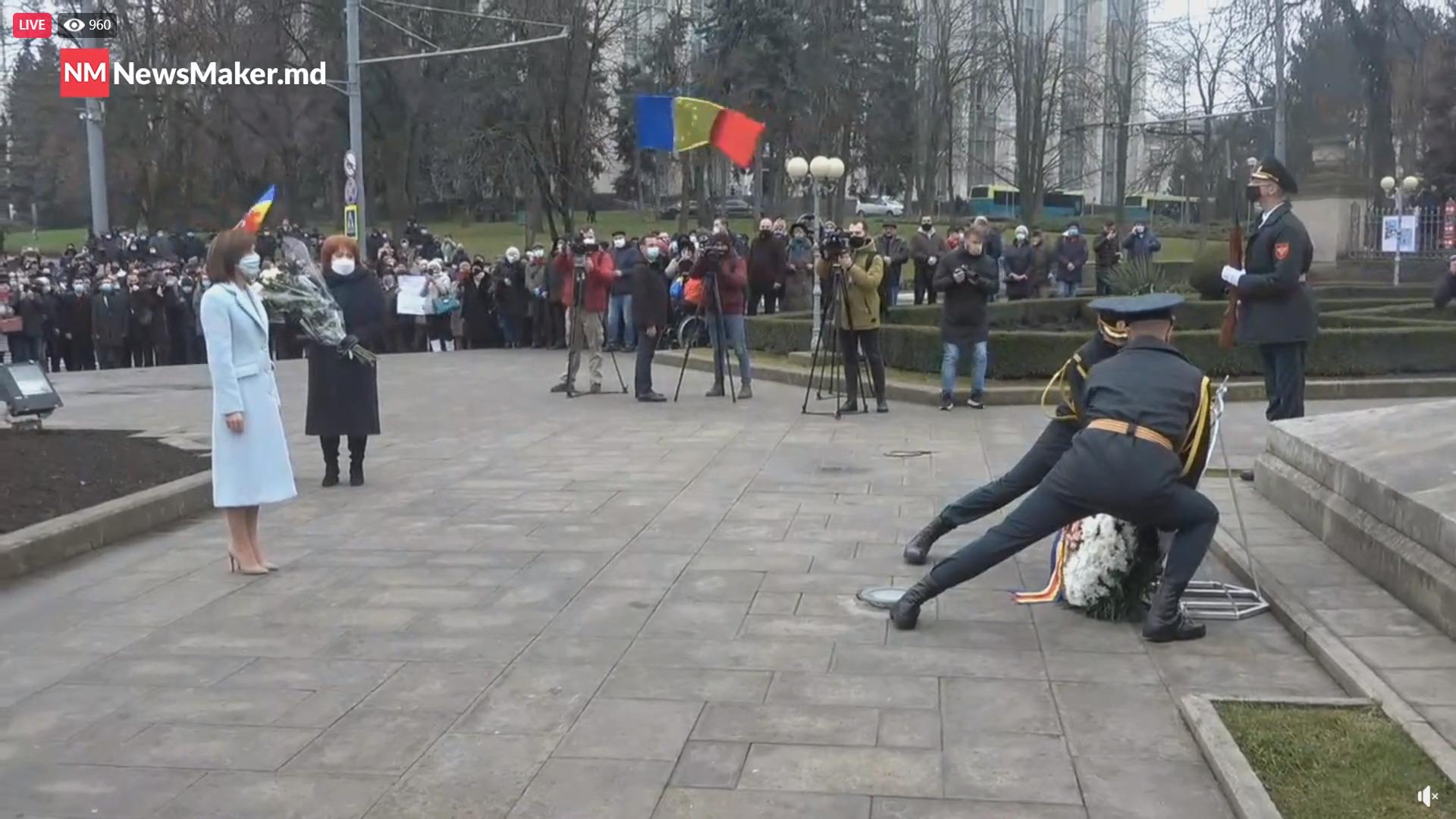 Maia Sandu a pornit pe jos spre monumentul lui Ștefan cel Mare pentru a depune flori