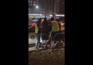 Imobilizat cu gaz lacrimogen, după ce a agresat un agent de circulație. Ce pedeapsă riscă șoferul unei mașini de lux? (VIDEO)