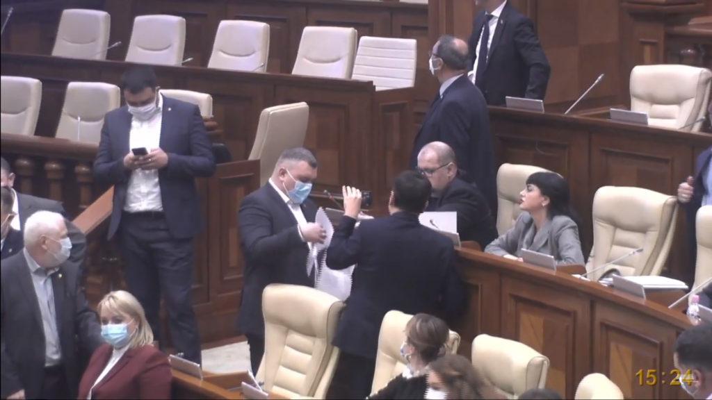 """Legi votate pe bandă rulantă. PSRM și """"Pentru Moldova"""" au votat în lectura finală trecerea SIS în subordinea parlamentului (FOTO)"""