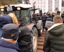 «Мы мужики или кто?» Трактора штурмуют парламент. Два дня протеста в одном видео