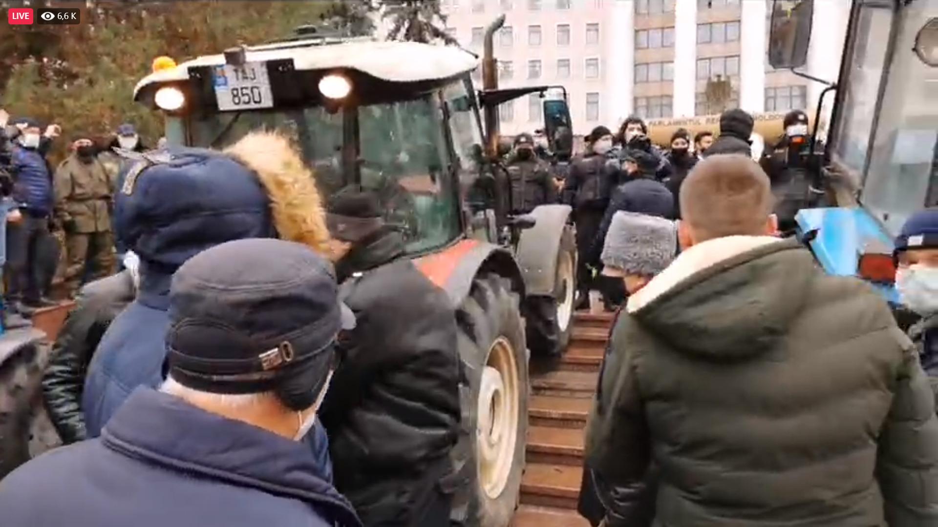 В Кишиневе полиция применила против протестующих фермеров слезоточивый газ