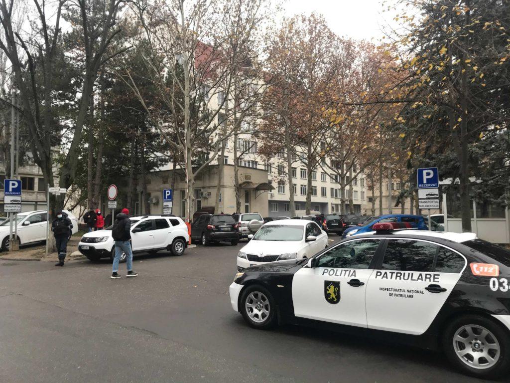 Вокруг здания парламента собралась полиция. Вовремя заседания запланирован протест (ФОТО)
