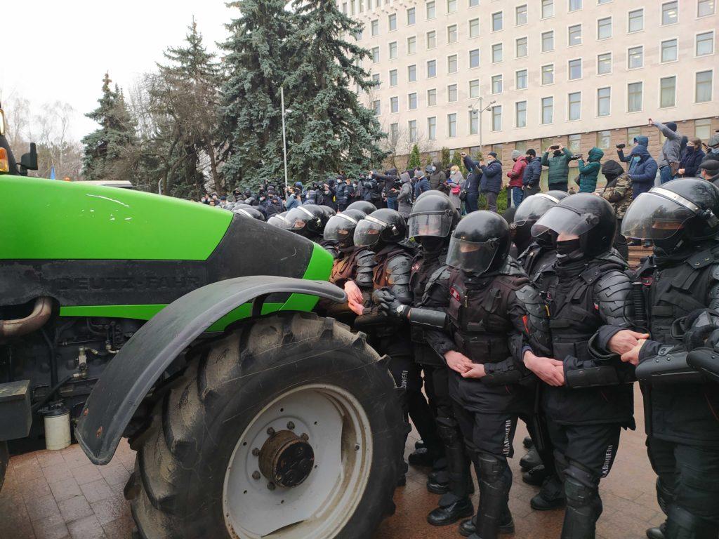 Fermierii au urcat cu tractoarele pe scările parlamentului. Poliția încearcă să îi alunge (LIVE NM)