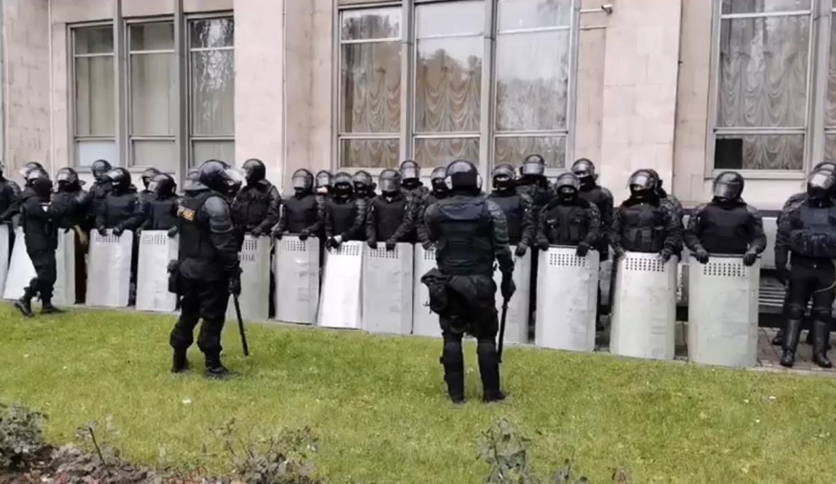 В Кишиневе у здания правительства собрались десятки полицейских (ФОТО)