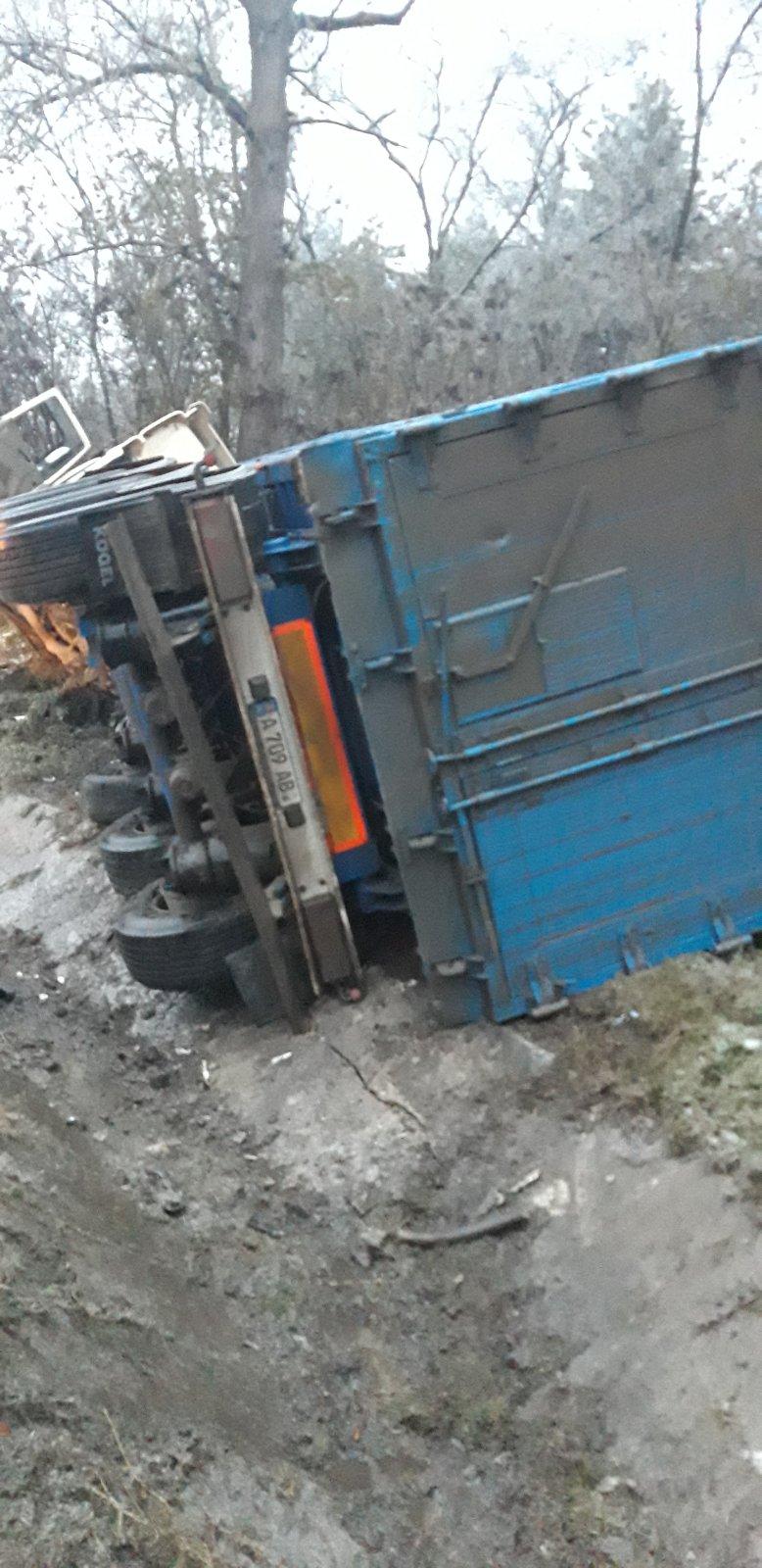 Un camion care transporta prundiș s-a răsturnat pe traseul Chișinău-Hîncești (FOTO)