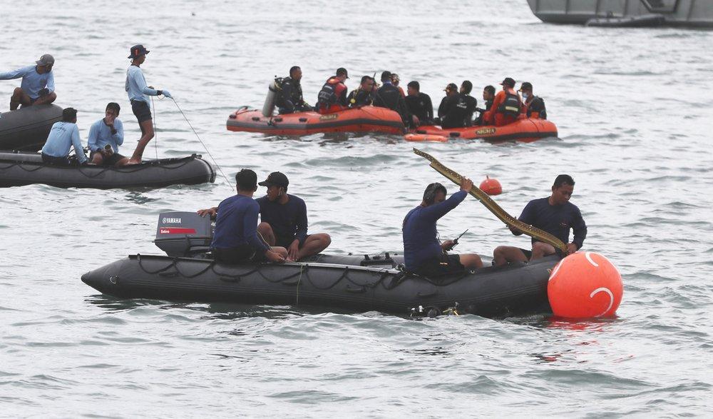 ВЯванском море обнаружили обломки индонезийского самолета итела погибших пассажиров. Их было 62 человека