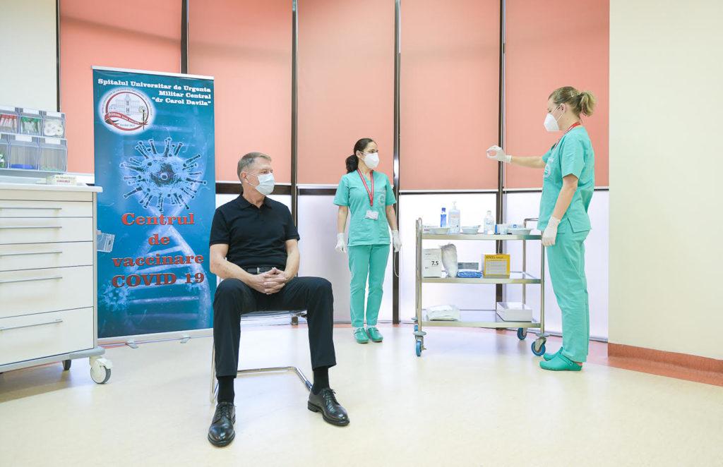 """""""Este o procedură simplă, nu doare"""". Președintele României s-a vaccinat public la un spital din București"""