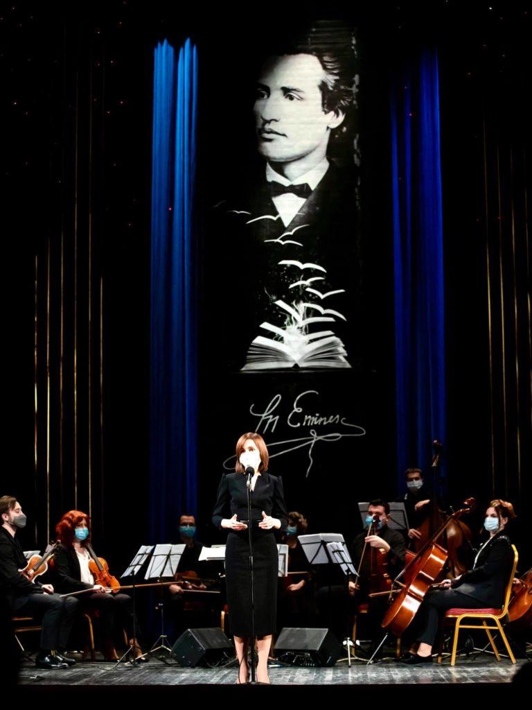 """""""Să ne menținem bucuria de a crea, bucuria de a trăi și să fim sănătoși"""". Maia Sandu a mers la teatru (FOTO)"""
