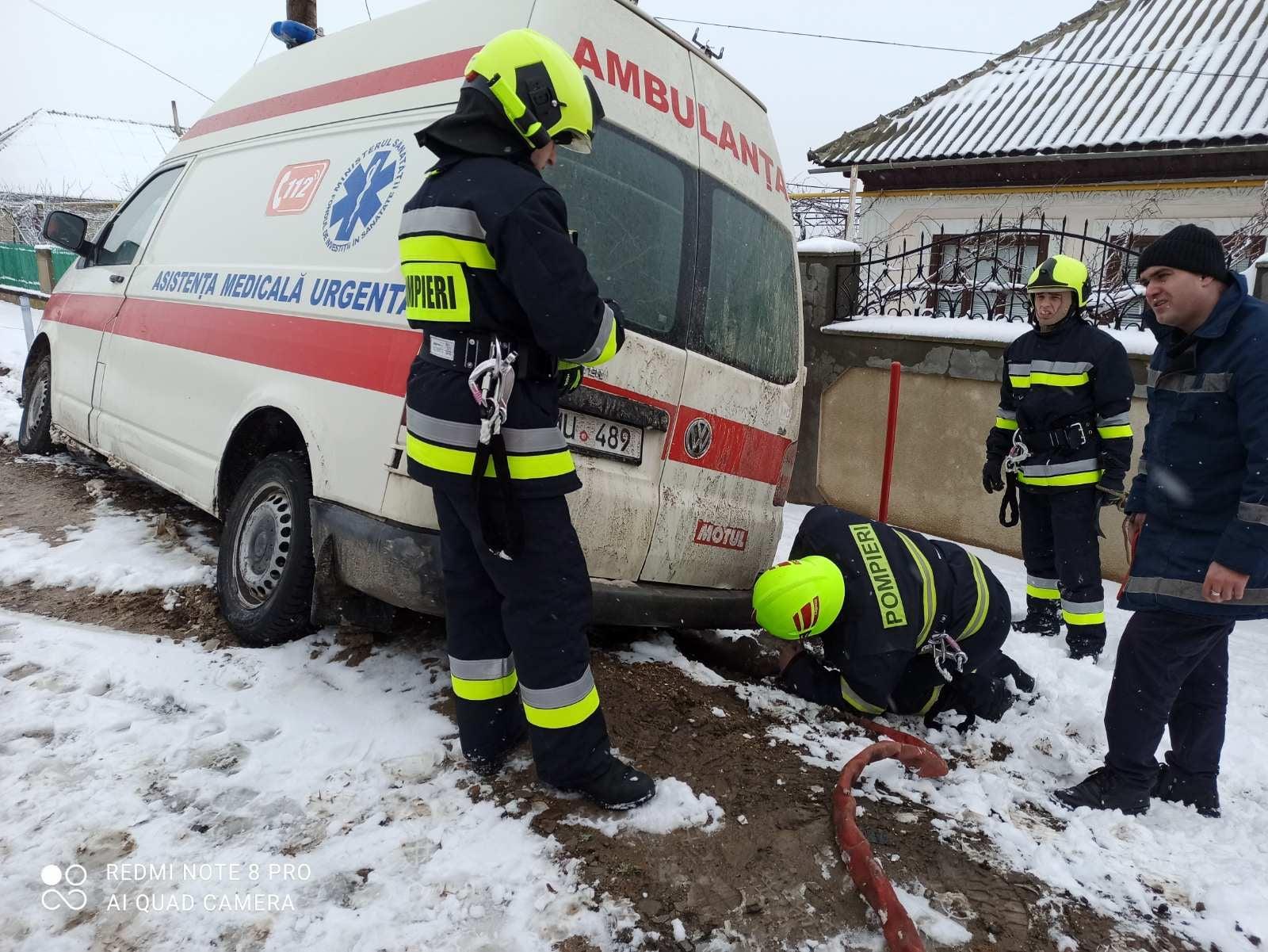La Taraclia o ambulanță a derapat de pe traseu. În mașină se aflau echipajul medical și o pacientă (FOTO/VIDEO)