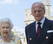 Елизавета II и принц Филипп привились от коронавируса