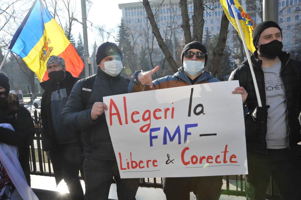 В Федерации футбола Молдовы переизбрали президента. Почему Демпартия устроила протест, и при чем тут €10 млн