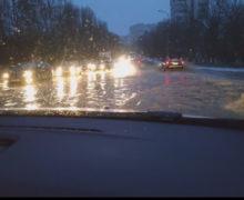 В Кишиневе из-за прорыва магистральной трубы затопило улицу Градина Ботаникэ