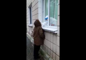 Вполиклинике Крикова прекратили тестировать накоронавирус. Упациентов брали пробы через окно (ВИДЕО)