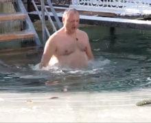 Igor Dodon s-a scunfundat în apă rece de Bobotează (VIDEO)