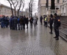 ВКишиневе фермеры устроили протест уздания МВД. Ранее ихвызвали вполицию надопрос (ВИДЕО)