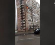 ВКишиневе вжилом доме наЧеканах произошел пожар. Очевидцы призвали водителей освободить проезд пожарным