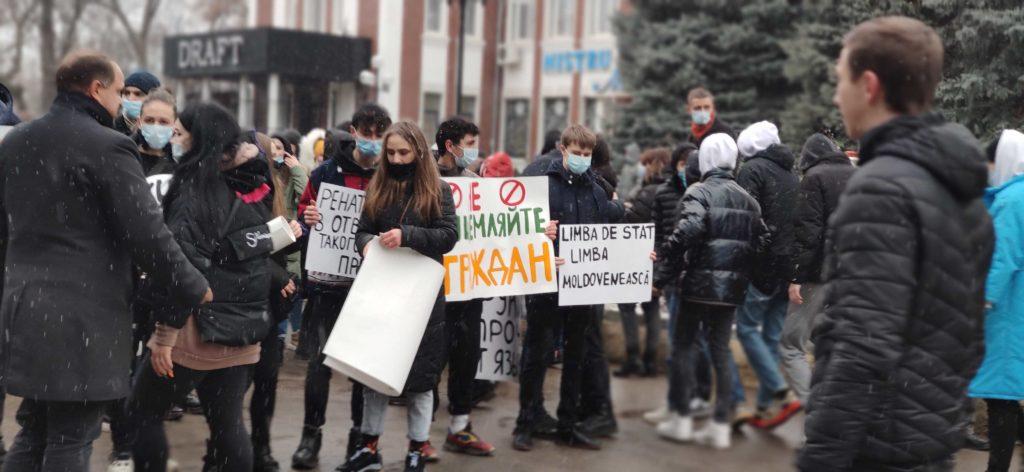 «Мы —не румынская колония». В Бельцах проходит митинг в защиту закона о статусе русского языка (ТРАНСЛЯЦИЯ NM)