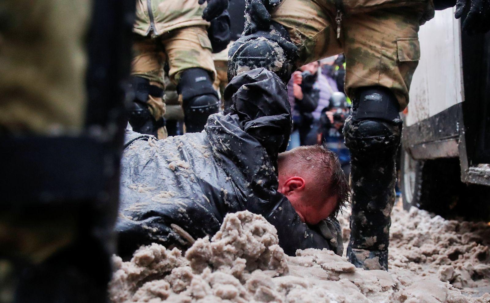 În timpul demonstrațiilor pro-Navalnîi poliția a făcut peste 4 400 de arestări. Un bărbat și-a dat foc în centrul Moscovei (LIVE)