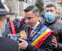 ВРумынии мэра Ясс облили белой жидкостью вовремя празднования Дня объединения (ВИДЕО)