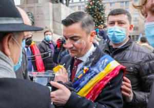 Primarul din Iași, Mihai Chirica, a fost atacat cu iaurt de Ziua Principatelor (VIDEO)