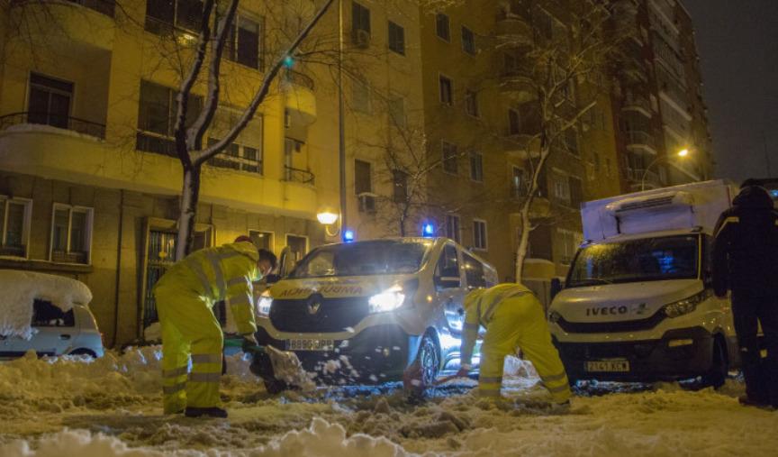 Spania: Furtuna de zăpadă a provocat deja patru decese, paralizând traficul şi blocând mii de persoane