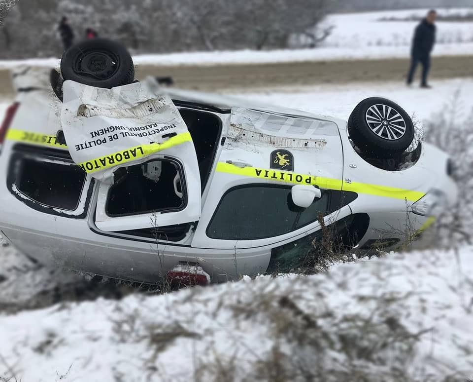 Натрассе Кишинев-Унгены полицейский автомобиль попал вДТП. Внем везли заключенную