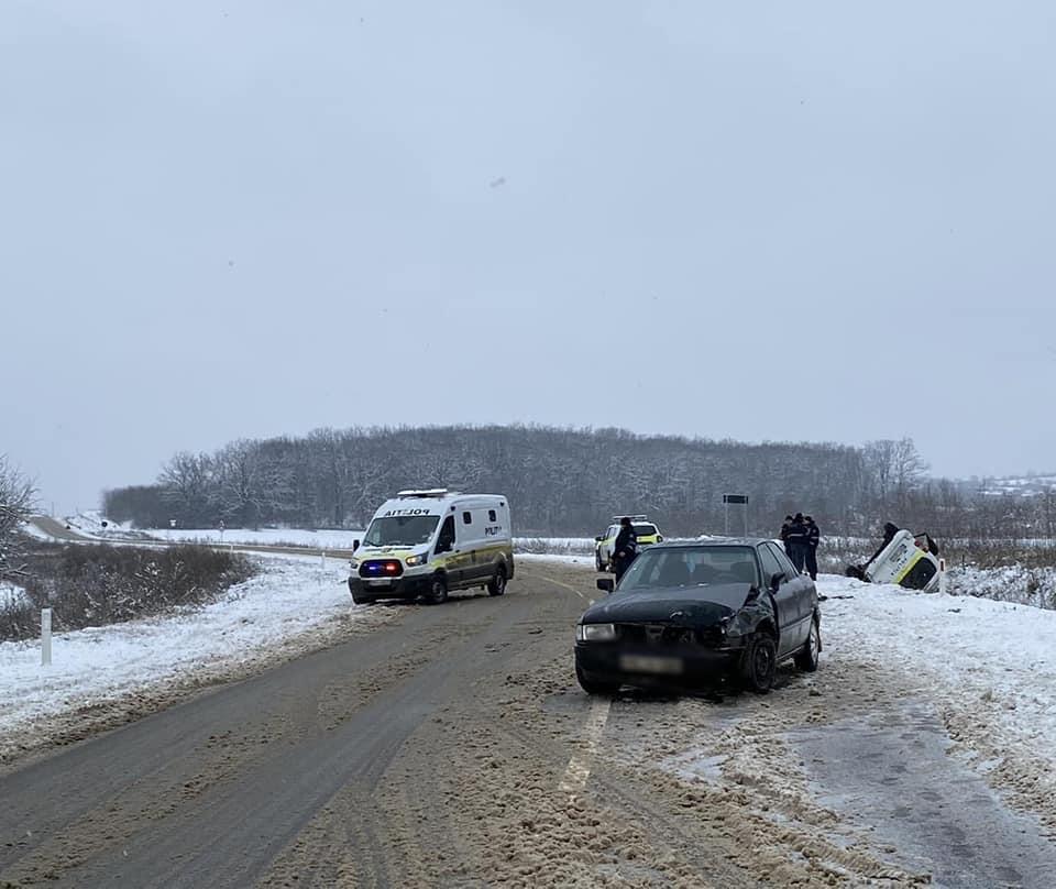 Accident în raionul Călărași. O mașină de poliție s-a răsturnat (FOTO)