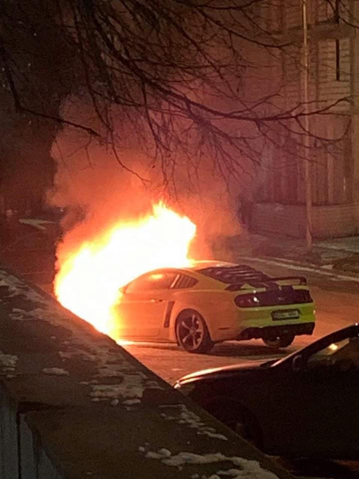 Mașină cuprinsă de flăcări în centrul capitalei. Ce s-a întâmplat? (FOTO)