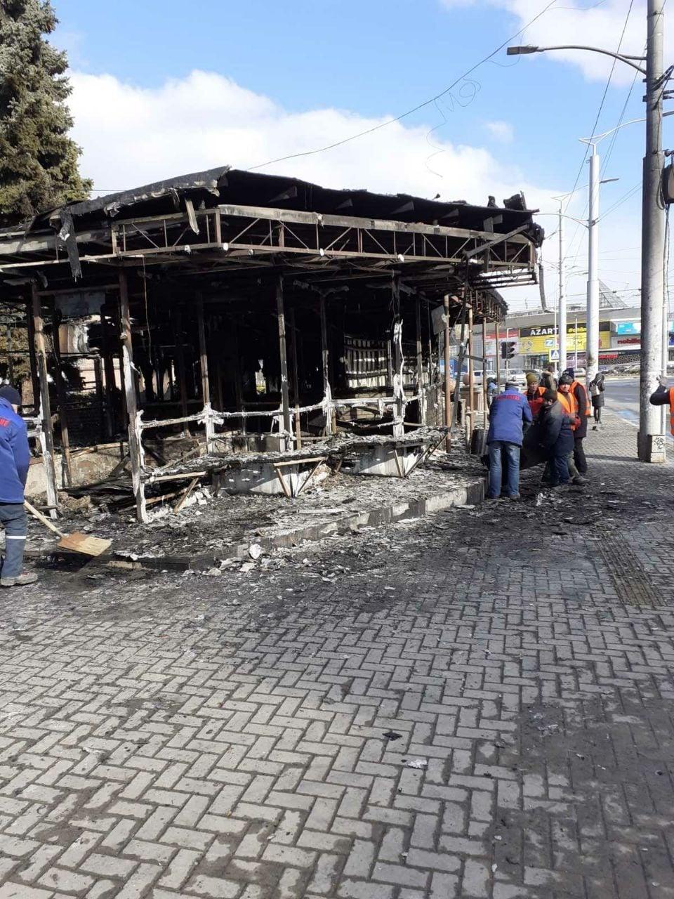Chiar dacă contractul de închiriere încă nu a expirat, chioșcul din centrul capitalei unde recent s-a produs un incendiu, este demolat