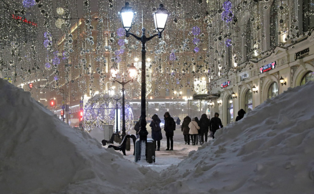 ВМоскве сильный снегопад. Город встал впробках (ФОТО)