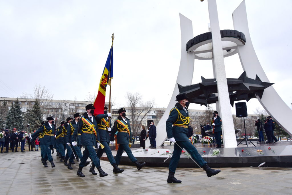 «Уверена, что последняя ихмысль была оМолдове». ВКишиневе почтили память военных, погибших вАфганистане (Фоторепортаж NM)