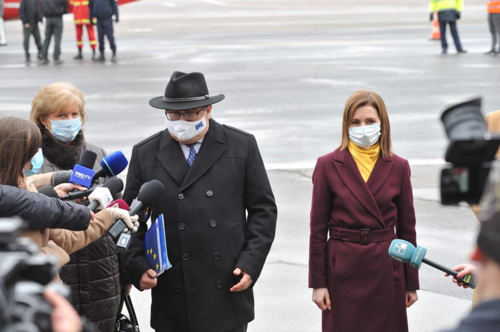 Cadou de Mărțișor. Cum au fost întâmpinate vaccinurile la Chișinău (FOTOREPORTAJ)