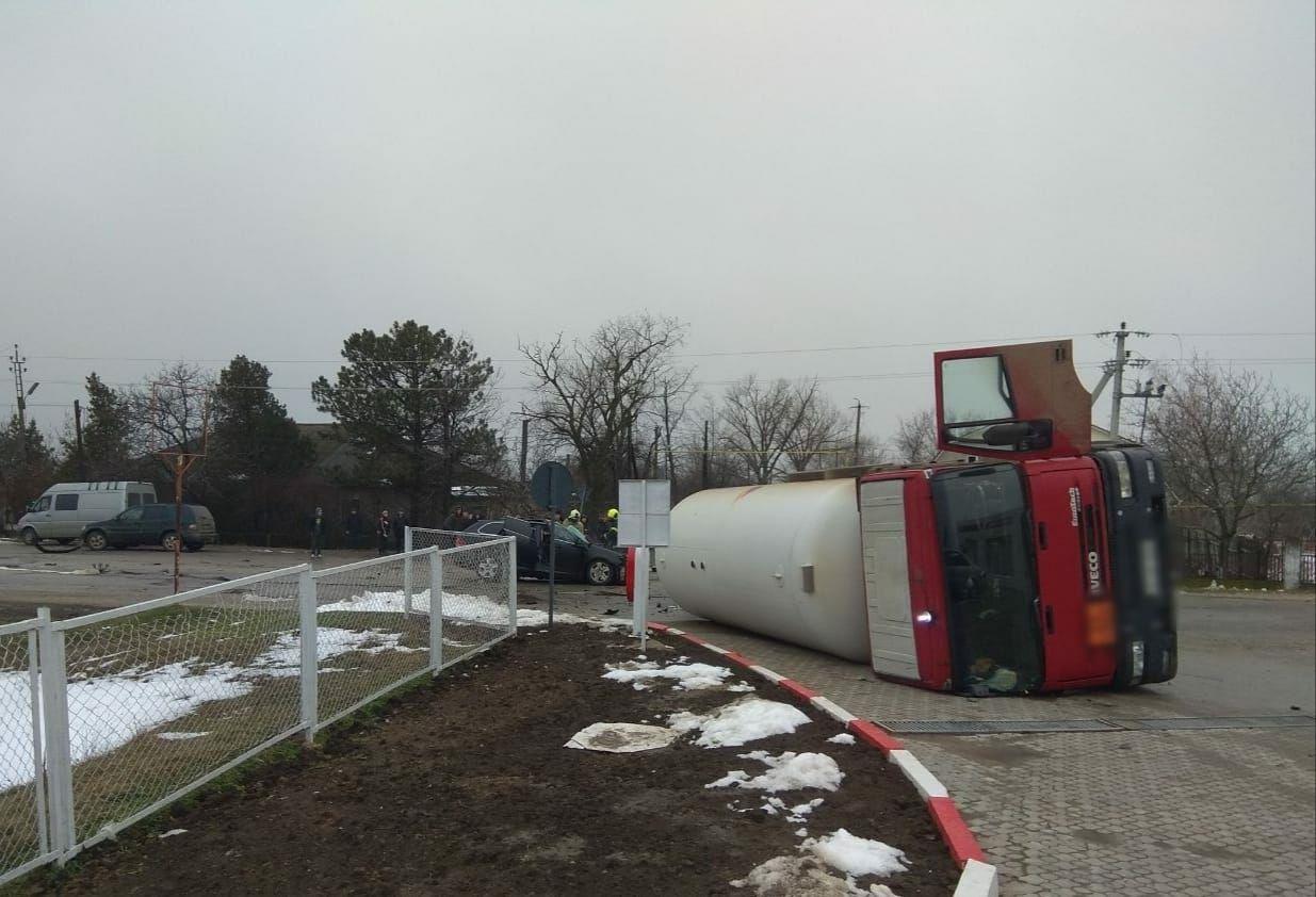 O cisternă încărcată cu gaz, tamponată de un Volkswagen la Vulcănești. Un tânăr de 18 ani a decedat