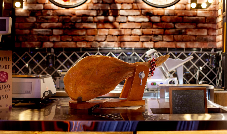 Foie gras, trufe, pindjur, pui crescuți în aer liber, păstrav viu. Cum a apărut la Chișinău GeorgeStandardGarage,magazin de delicatese și produse sănătoase