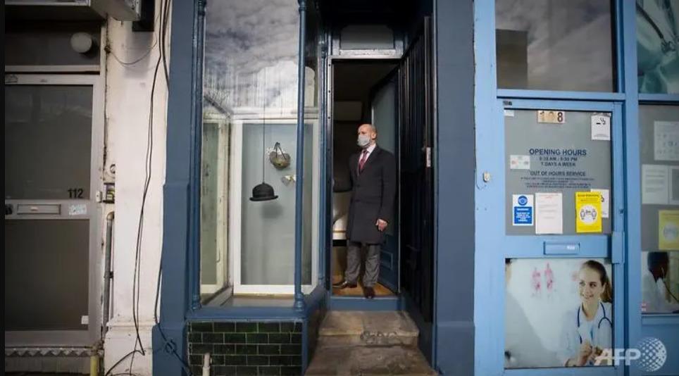 Cea mai îngustă casă din Londra este de vânzare. Iar prețul nu este pe măsură (FOTO)