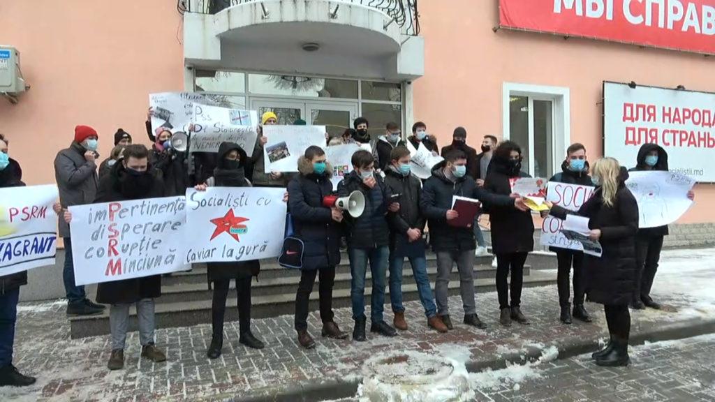 Tinerii din PAS au organizat un flashmob în fața sediului PSRM. Reacția lui Odnostalco (VIDEO)