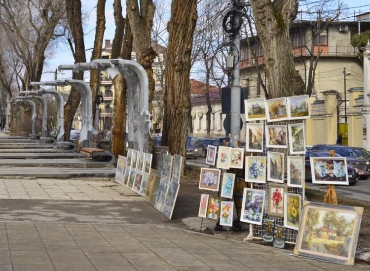 Вцентре Кишинева обустроили специальные места для торговцев сувенирами (ФОТО)