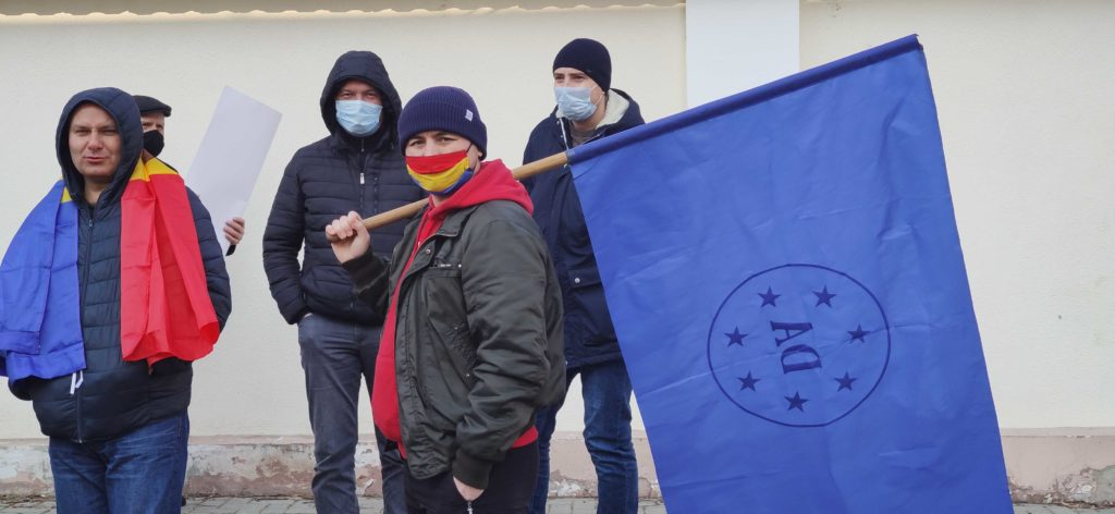 Manifestație în fața Curții Constituționale, unde este examinată sesizarea depusă de PSRM (LIVE)