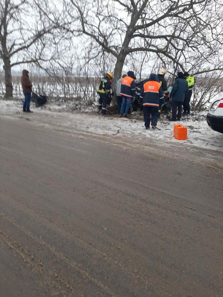 Accident în raionul Anenii Noi. Un taximetrist a ajuns cu mașina într-un copac