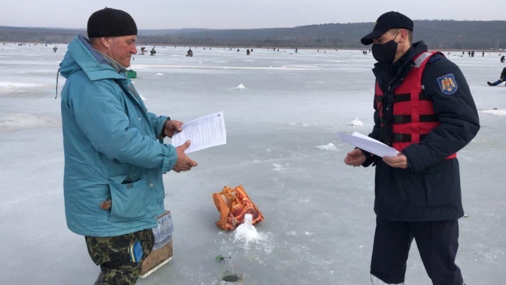 Lacul Ghidighici, luat cu asalt pentru pescuit la copcă. Polițiștii și pompierii au intervenit (FOTO)