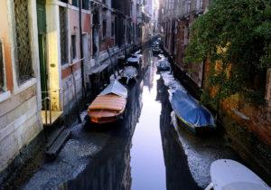 ВВенеции значительно снизился уровень воды вканалах (ФОТО)