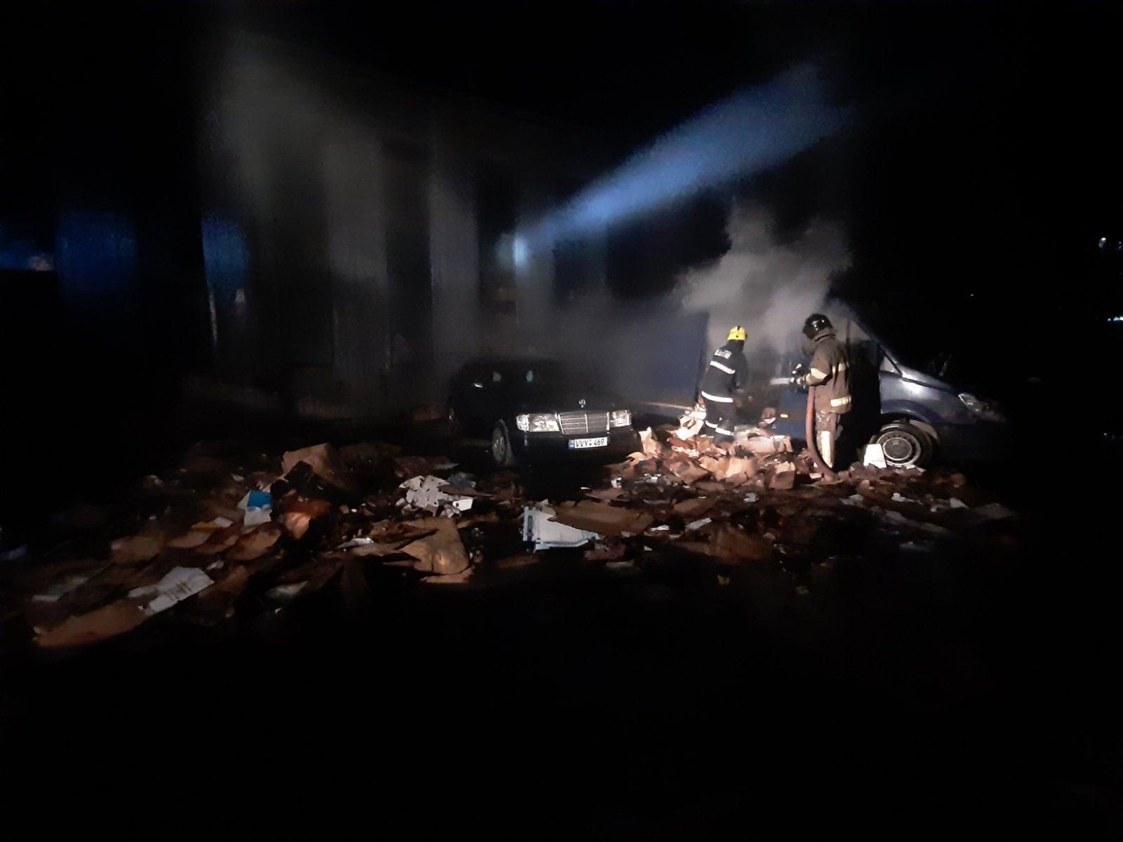 Mașini cuprinse de flăcări la Telecentru. De la ce a izbucnit incendiul? (VIDEO)